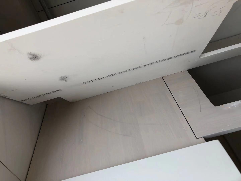 飞速直播吧台面安装下面加垫条还是垫板